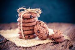 Galletas de microprocesador de chocolate apiladas en servilleta Imagenes de archivo