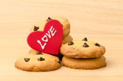 Galletas de microprocesador de chocolate con amor Imagenes de archivo