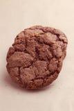 Galletas de microprocesador de chocolate en servilleta marrón Fotos de archivo libres de regalías