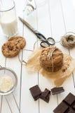 Galletas de microprocesador de chocolate hechas en casa con la leche, fondo de madera blanco rústico Foto de archivo libre de regalías