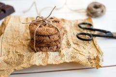 Galletas de microprocesador de chocolate hechas en casa en la tabla de madera Foto de archivo