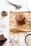 Galletas de microprocesador de chocolate hechas en casa en la tabla de madera Imagen de archivo libre de regalías