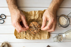 Galletas de microprocesador de chocolate hechas en casa en la tabla de madera El cocinero embala las galletas cocidas frescas fotografía de archivo