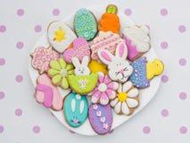 Galletas de Pascua en la placa Imágenes de archivo libres de regalías