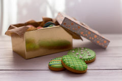 Galletas de Pascua en una caja en fondo de madera gris foto de archivo libre de regalías