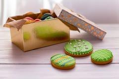 Galletas de Pascua en una caja en fondo de madera gris imagen de archivo libre de regalías