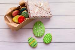 Galletas de Pascua en una caja en topview de madera gris del fondo Fotos de archivo