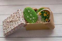 Galletas de Pascua en una caja en topview de madera gris del fondo Foto de archivo
