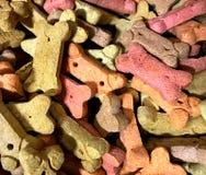 Galletas de perro, multicoloras Vendido en bulto en Winco imágenes de archivo libres de regalías