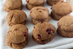 Galletas de torta dulce con el cacahuete en el paño blanco Fotografía de archivo libre de regalías