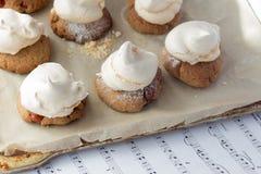 Galletas de torta dulce con el cacahuete y los merengues en cocinar el papel Imagenes de archivo