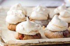 Galletas de torta dulce con los merengues en cocinar el papel Fotografía de archivo