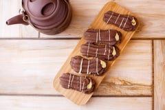 Galletas de torta dulce del chocolate en un soporte de madera en un fondo con un colorante de madera imagen de archivo libre de regalías