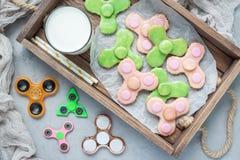 Galletas de torta dulce hechas en casa, hechas en forma de moda del juguete del hilandero, visión horizontal, superior Foto de archivo