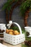 Galletas de torta dulce hechas en casa en las diversas formas, llenadas de caramelo en el fondo de las ramas y de las guirnaldas  imagenes de archivo