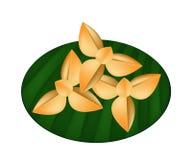 Galletas de torta dulce tailandesas deliciosas en la hoja verde del plátano libre illustration