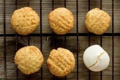 Galletas de torta dulce y merengue en el estante de rejilla Fotos de archivo