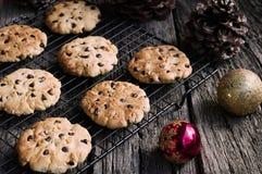 Galletas de viruta de chocolate en el tiempo de la Navidad horizontal Fotografía de archivo libre de regalías