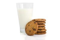 Galletas de viruta de chocolate y un vidrio de leche Imagenes de archivo