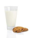 Galletas de viruta de chocolate y un vidrio de leche Fotos de archivo libres de regalías