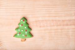 Galletas del árbol de abeto de la Navidad del pan de jengibre en un tablero de madera Fotografía de archivo