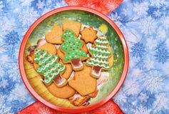 Galletas del árbol del Año Nuevo en el plato horizontal plano Imágenes de archivo libres de regalías