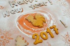 Galletas del Año Nuevo con el azúcar en polvo debajo Fotos de archivo
