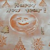 Galletas del Año Nuevo con el azúcar en polvo debajo Foto de archivo libre de regalías