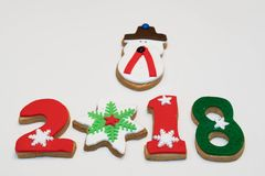 Galletas 2018 del Año Nuevo de la Navidad en el fondo blanco Foto de archivo libre de regalías