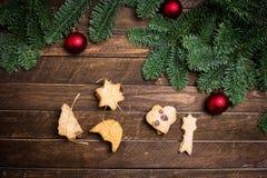 Galletas del alcohol de la Navidad del vintage con el árbol de Navidad en R rústico oscuro Imagenes de archivo