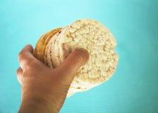 Galletas del arroz blanco en fondo azul Fotos de archivo libres de regalías