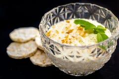 Galletas del arroz con la salsa de queso cremoso Fotografía de archivo
