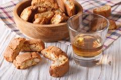 Galletas del biscotti de la almendra y vino dulce en un vidrio horizontal fotografía de archivo libre de regalías