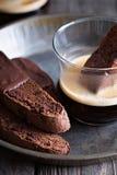 Galletas del biscotti del chocolate con una taza de café Fotos de archivo libres de regalías