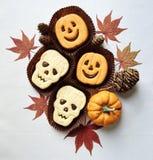 Galletas del bocadillo de Halloween y decoraciones divertidas del día de fiesta imagenes de archivo
