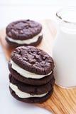 Galletas del brownie del chocolate con el relleno poner crema Imagen de archivo libre de regalías