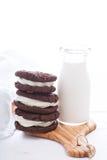 Galletas del brownie del chocolate con el relleno poner crema Fotografía de archivo libre de regalías