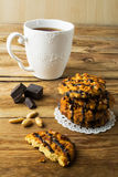 Galletas del cacahuete que cubren el chocolate y el té Fotos de archivo libres de regalías