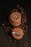 Galletas del cacao con los granos de café Imagenes de archivo