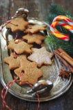 Galletas del canela de la Navidad, chupando la decoración del caramelo y del ` s del Año Nuevo imagen de archivo