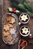 Galletas del canela de la Navidad, chupando el caramelo, dos tazas de té y de decoraciones del Año Nuevo Fotografía de archivo