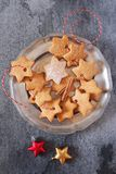 Galletas del canela de la Navidad y decoraciones del Año Nuevo Fotos de archivo libres de regalías