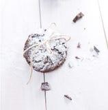 Galletas del casquillo de la nieve del chocolate para la Navidad Foto de archivo