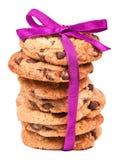 Galletas del chocolate atadas con la cinta rosada en blanco Foto de archivo libre de regalías