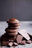 Galletas del chocolate con el chocolate derretido y un chocolate de la diapositiva Fotografía de archivo libre de regalías