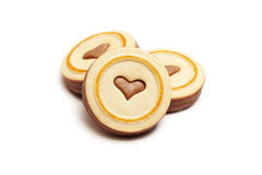 Galletas del chocolate con el corazón sobre blanco foto de archivo