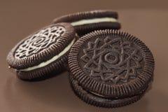 Galletas del chocolate con la clasificación de la nata Fotografía de archivo
