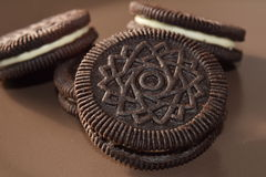 Galletas del chocolate con la clasificación de la nata Fotos de archivo libres de regalías