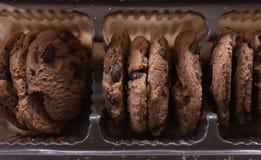 Galletas del chocolate en el empaquetado opinión superior de las galletas de microprocesador de chocolate Foto de archivo