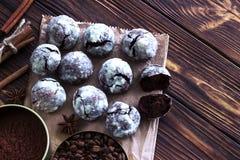 Galletas del chocolate en la tabla de madera con el grano de café, polvo de cacao Imagen de archivo